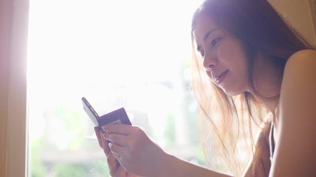 mobiltelefon- und online-shopping - portable information device stock-videos und b-roll-filmmaterial