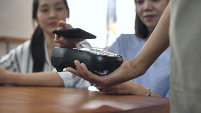 vídeos y material grabado en eventos de stock de pago móvil, concepto de compras en línea - estación edificio de transporte