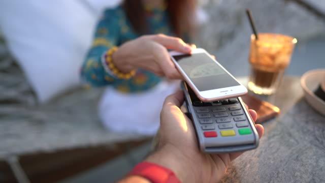 pagamento mobile - impronta digitale video stock e b–roll