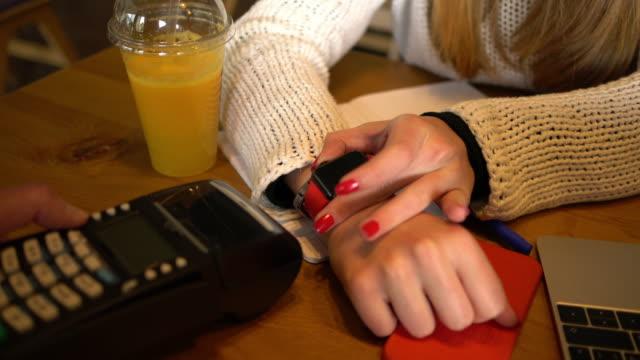 vídeos de stock, filmes e b-roll de pagamento móvel com smartwatch - relógios de pulso