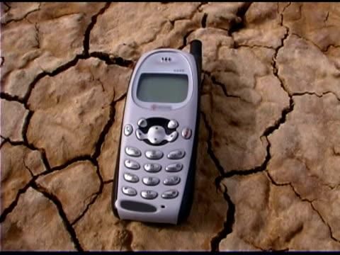 mobile phone in desert - durevolezza video stock e b–roll