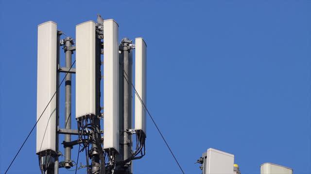 vidéos et rushes de mobile phone network transmitting antennas. 5g antenna - support d'information