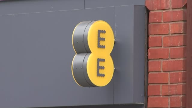 vídeos de stock e filmes b-roll de london peckham ext closed shutters over ee shop / ee sign / traffic along outside aylesham centre / sign ee orange tmobile / aylesham centre entrance - peckham