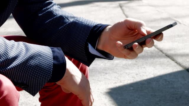 vídeos de stock, filmes e b-roll de o uso de telefone celular - questão social
