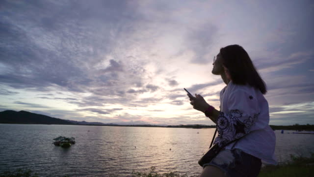 海: 携帯電話使用 - 自画像点の映像素材/bロール