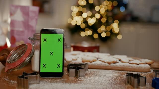vídeos de stock, filmes e b-roll de celular com cortador de biscoitos e biscoitos de gengibre no balcão da cozinha - modelo web