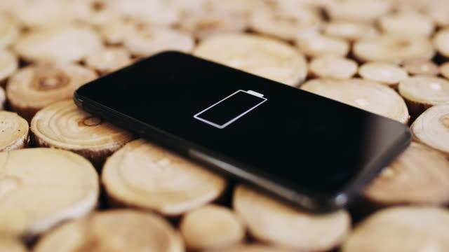 vídeos de stock e filmes b-roll de ds mobile phone without juice - baixo