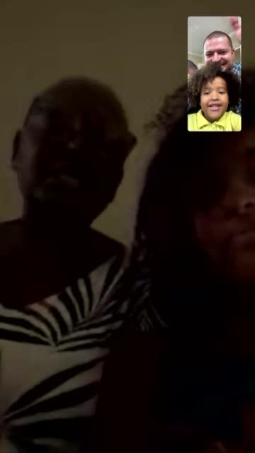 stockvideo's en b-roll-footage met mobiel scherm van een gesprek van een gezin op een videochat - genomen met mobiel apparaat