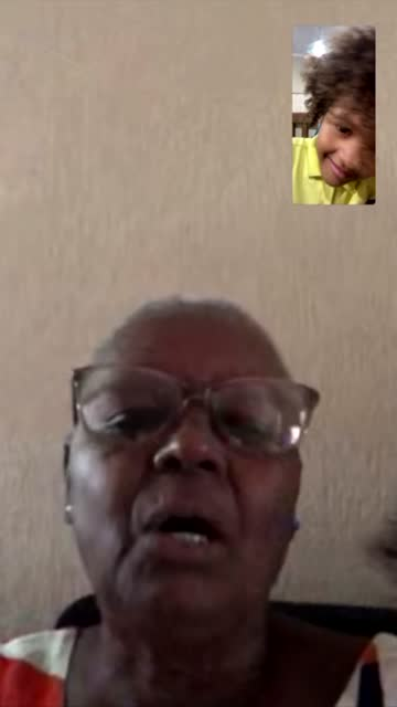 vídeos y material grabado en eventos de stock de pantalla móvil de una conversación de una familia en un videochat - nieto