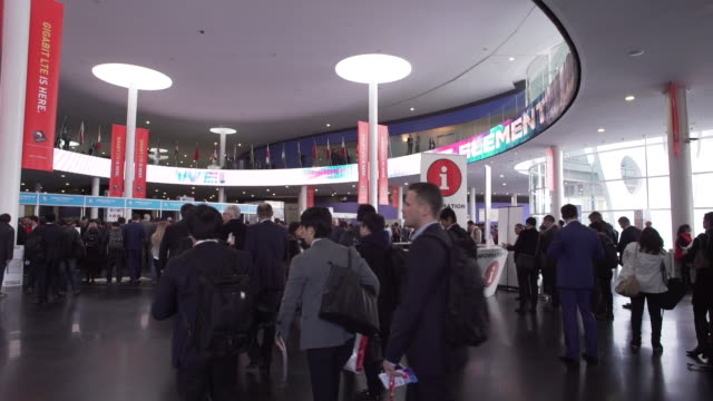 mobile world congress barcelona entrance hall - 展覧会点の映像素材/bロール