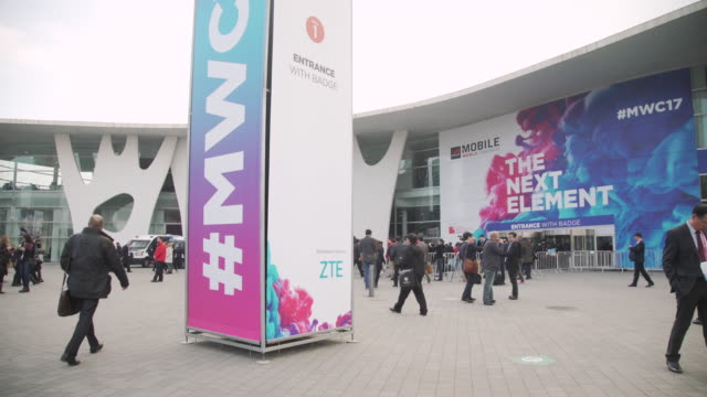 vidéos et rushes de mobile world congress barcelona entrance - exposition et salon professionnel