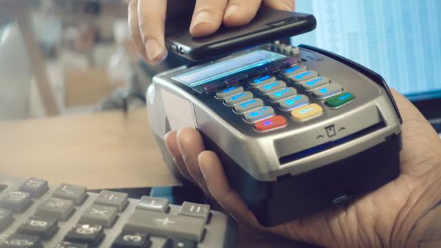 vídeos y material grabado en eventos de stock de pago móvil/sin contacto 4k - cajero