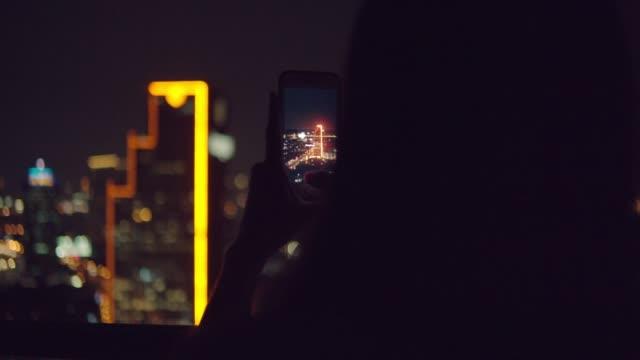 vídeos de stock, filmes e b-roll de pagamento móvel/sem contato - photographing