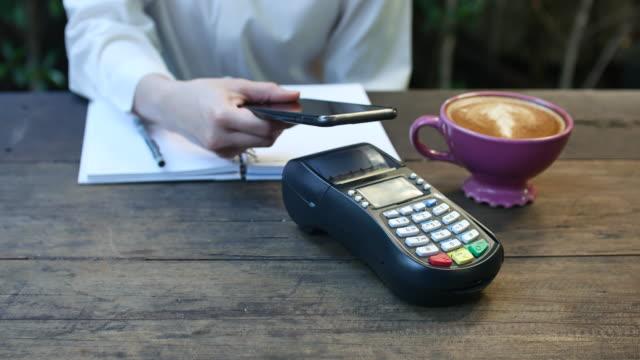 mobil/contactless betalning - kassa bildbanksvideor och videomaterial från bakom kulisserna