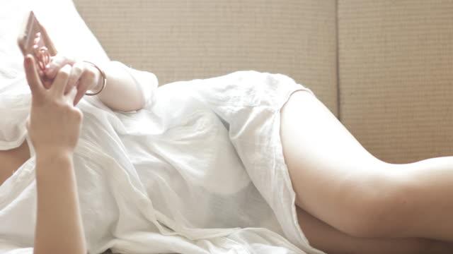 携帯電話の女の子、 - 横向きに寝る点の映像素材/bロール