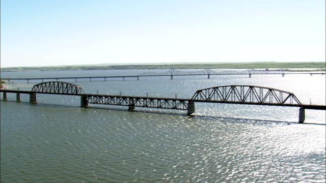 mobridge eisenbahnbrücke-luftaufnahme-south dakota, walworth grafschaft, vereinigte staaten - south dakota stock-videos und b-roll-filmmaterial