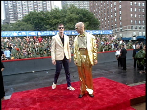 moby arriving to the 1999 mtv video music awards red carpet - mtv1 stock-videos und b-roll-filmmaterial