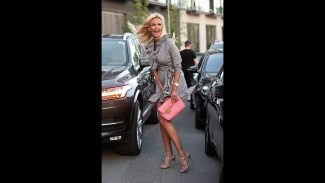 vidéos et rushes de model and tv presenter victoria lopyreva wears valentino shoes and a burberry bag during london fashion week september 2018 on september 17 2018 in... - burberry