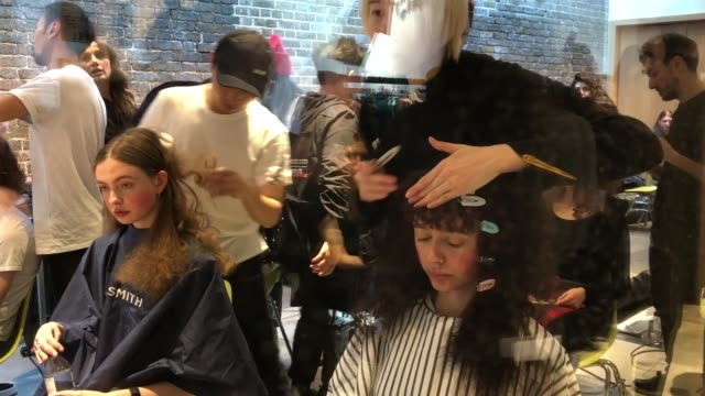 stockvideo's en b-roll-footage met model backstage ahead of the a.w.a.k.e. mode show during london fashion week february 2019 at the chelsea postal sorting office on february 16, 2019... - achter de schermen ruw materiaal