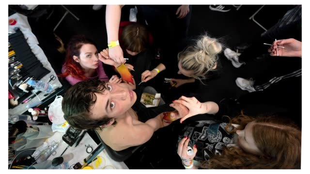 vidéos et rushes de a model backstage looks at the camera at the edward crutchley fashion show during london fashion week men's on june 9 2018 in london england - semaine de la mode