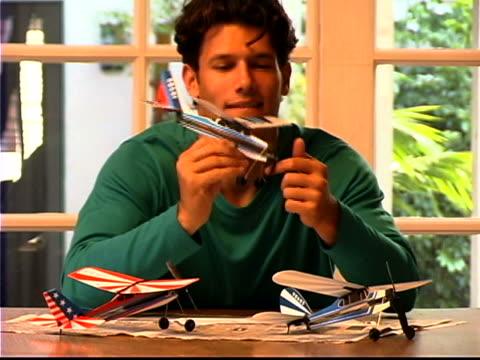 stockvideo's en b-roll-footage met model building - tuindeur