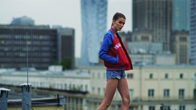 stockvideo's en b-roll-footage met model catwalk in big city - binnenstad