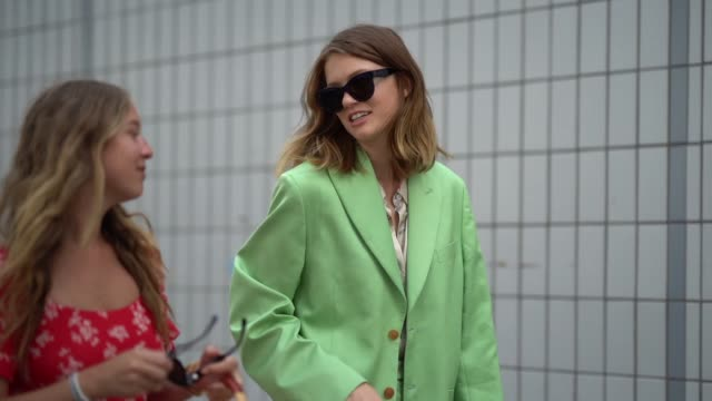stockvideo's en b-roll-footage met model emmy rappe wears a green suit blazer jacket flard pants vuitton sneakers shoes outside acne during paris fashion week menswear springsummer... - zakelijke kleding
