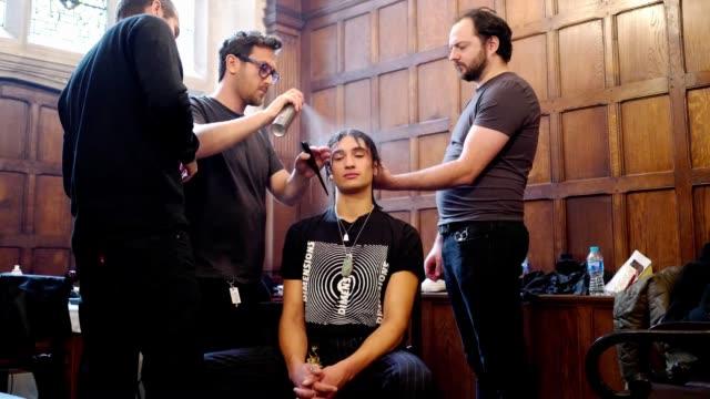 model has his hair made up backstage during london fashion week menswear on january 8, 2018 in london, england. - london fashion week点の映像素材/bロール