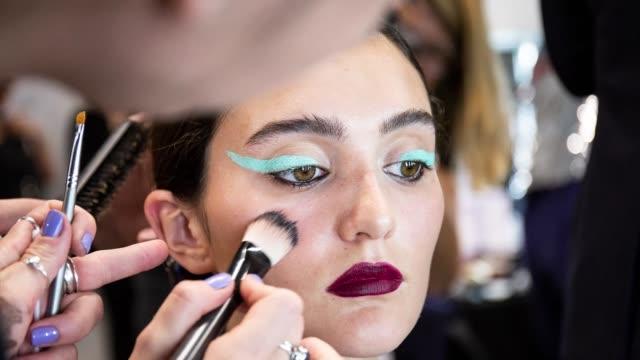 vidéos et rushes de gif a model has their hair made up backstage at the sadie williams presentation on september 18 2018 in london england - semaine de la mode de londres