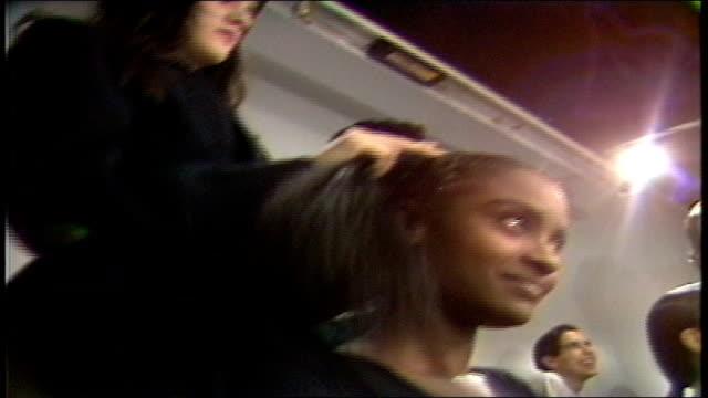 stockvideo's en b-roll-footage met model having hair tied up - achter de schermen ruw materiaal