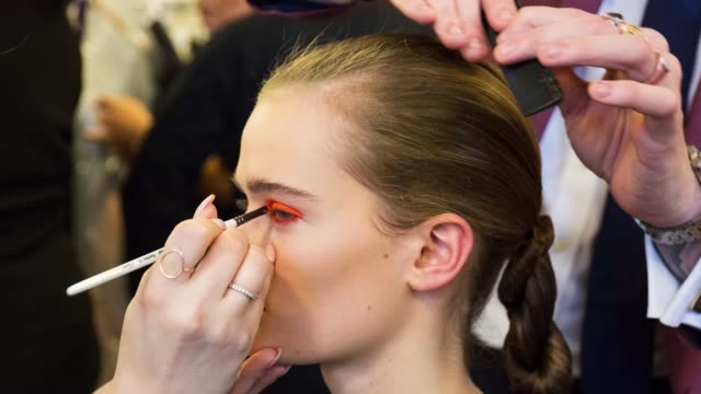 vidéos et rushes de a model is seen backstage ahead of the palmer//harding show during london fashion week 2018 on february 18 2018 in london england - collection automne hiver