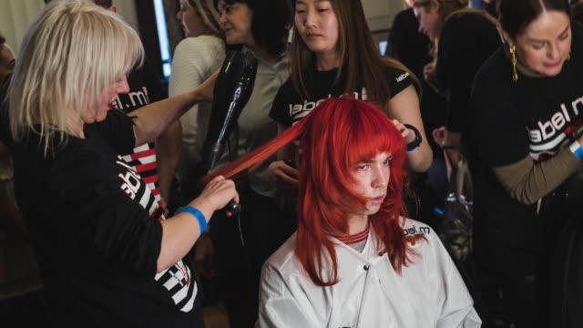 vidéos et rushes de a model is seen backstage ahead of the pam hog show during london fashion week 2018 on february 16 2018 in london england - semaine de la mode de londres