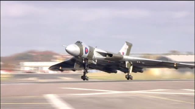 vídeos de stock e filmes b-roll de model of avro vulcan aircraft in leicester square lib hampshire farnborough royal air force vulcan bomber taking off from runway vulcan bomber in... - farnborough hampshire