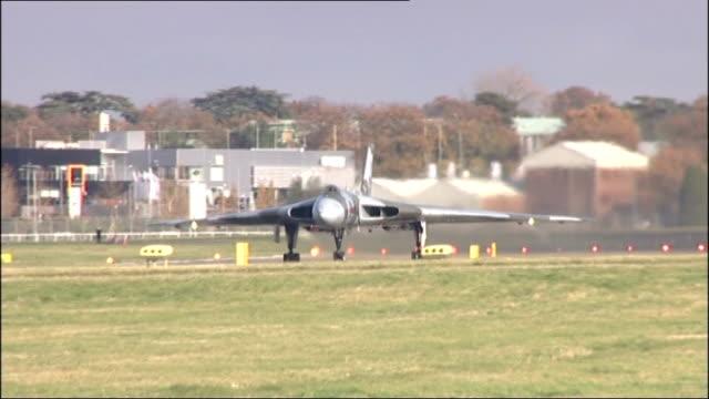 vídeos de stock e filmes b-roll de model of avro vulcan aircraft in leicester square lib farnborough royal air force vulcan bomber taking off from runway - farnborough hampshire