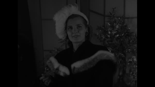 model on stage displaying fur coat / closer view of model displaying fur coat, she takes coat off / model displaying coat, she walks up to camera /... - 毛皮のコート点の映像素材/bロール