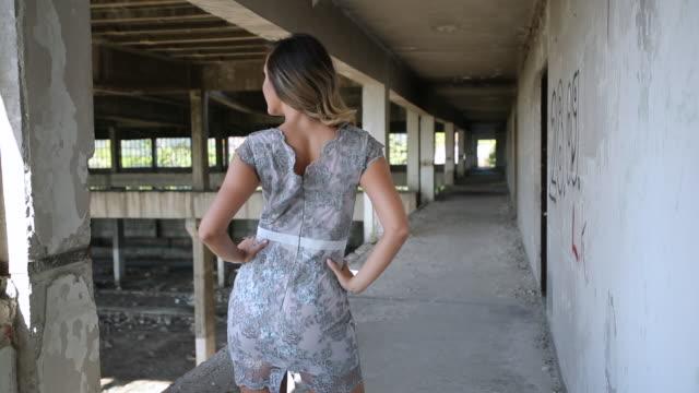 vídeos y material grabado en eventos de stock de modelo posando en antiguo almacén - encuadre de tres cuartos