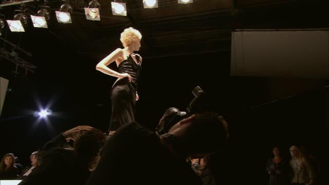 la ms model posing on catwalk as photographers take photos of her/ london, england - この撮影のクリップをもっと見る 1064点の映像素材/bロール