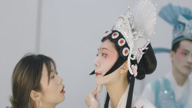 model prepares backstage before the school of fashion beijing institution of fashion technology collection show on day 5 of 2021 china graduate... - 5日目点の映像素材/bロール