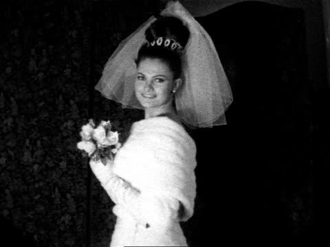 vídeos y material grabado en eventos de stock de model shows off a wedding dress made of white ermine. 1962. - vestimenta para mujer