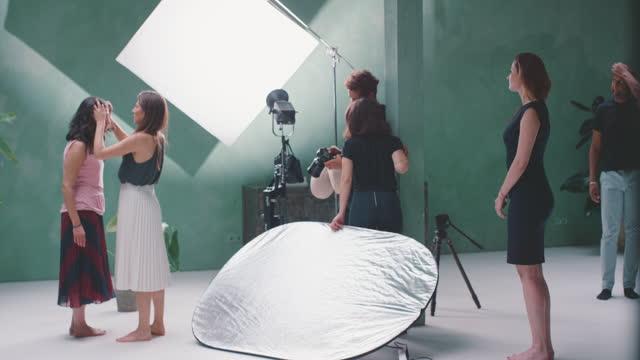 vídeos y material grabado en eventos de stock de model, stylist and photographer in photographic studio - otros temas