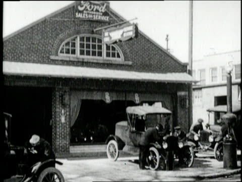 model t fords pull into a service station - フォード・t型モデル点の映像素材/bロール