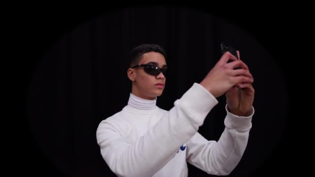 model takes a selfie backstage at london fashion week menswear on january 8, 2018 in london, england. - london fashion week点の映像素材/bロール