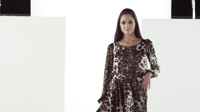 vidéos et rushes de model walking on catwalk at fashion show - défilé