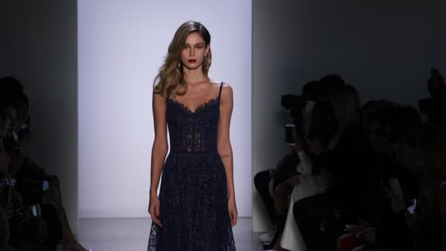 vídeos y material grabado en eventos de stock de model walks the runway at tadashi shoji new york fashion week at gallery i at spring studios on february 08 2018 in new york city - semana de la moda mercedes benz