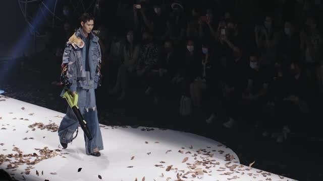 stockvideo's en b-roll-footage met model walks the runway at the academy of arts & design, tsinghua university show during the 2021 china graduate fashion week on may 20, 2021 in... - catwalk toneel