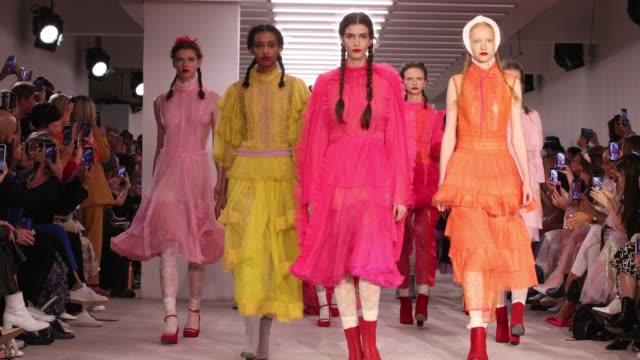vidéos et rushes de a model walks the runway at the bora aksu show during london fashion week september 2019 at the bfc show space on september 13 2019 in london england - semaine de la mode de londres