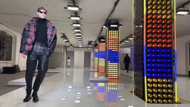 model walks the runway at the k-way fashion show during the milan men's fashion week f/w 2021/2022 on january 17, 2021 in milan, italy. - milano bildbanksvideor och videomaterial från bakom kulisserna