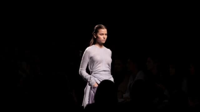 vídeos y material grabado en eventos de stock de a model walks the runway at the miguel marinero fashion show during the mercedes benz fashion week autumn/winter 20192020 at ifema on january 28 2019... - parra