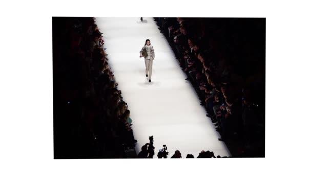 stockvideo's en b-roll-footage met model walks the runway at the riani show during berlin fashion week autumn/winter 2020 at kraftwerk mitte on january 15, 2020 in berlin, germany. - berlin mitte