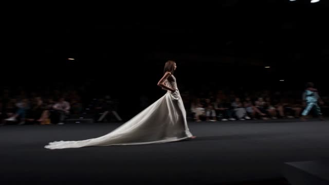 vídeos y material grabado en eventos de stock de a model walks the runway during marcos luengo at mercedes benz fashion week madrid on july 6 2018 in madrid spain - formato de archivo gif